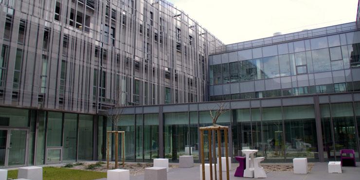 Photographie de l'Hopital Privé des Cotes d'Armor montrant l'entrée de l'établissement et le style du bâtiment